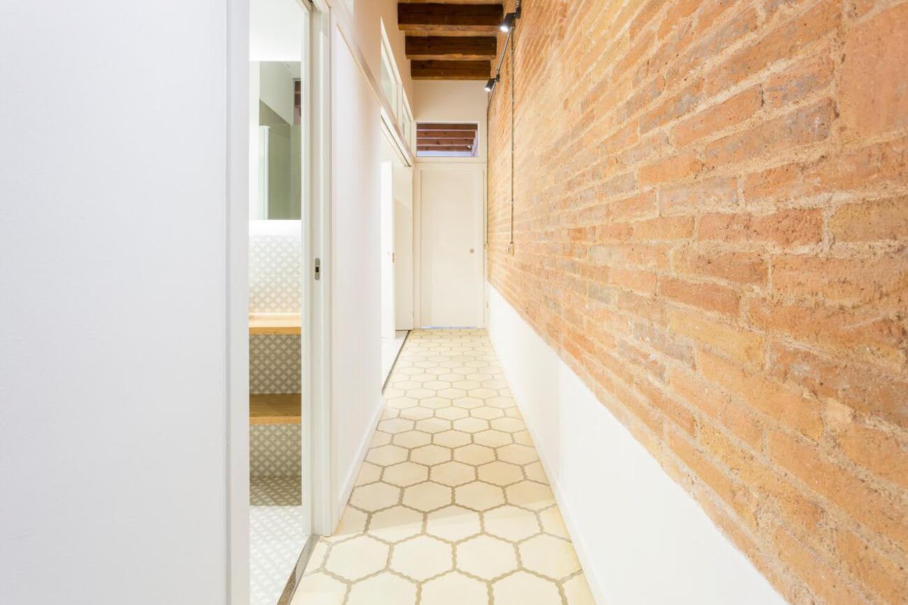 Komfortabelnaya 3-kh komnatnaya kvartira v istoricheskom dome v tsentre Barselony - N1840 - vikmar-realty.ru