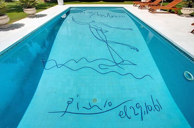 Роспись Пабло Пикассо на дне бассейна