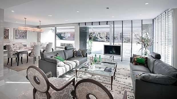 Интерьер салона гостиной элитных апартаментов в Барселоне в Испании