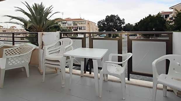 Открытая терраса галерейного типа апартаментов в Торревьехе с видом на район Сан-Луис