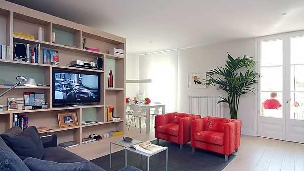 Интерьер салона гостиной туристических апартаментов в Барселоне, Каталония