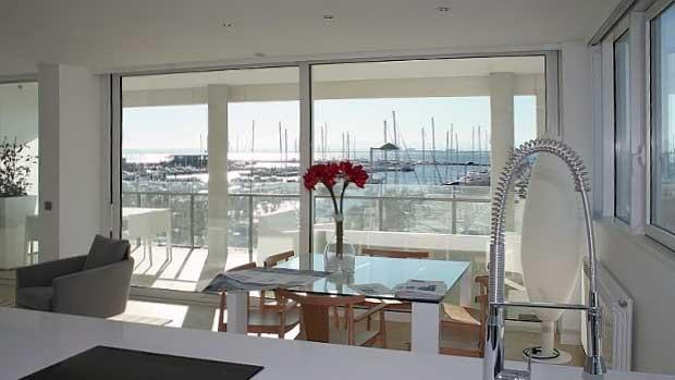 Апартаменты в Испании от застройщика на первой линии моря в городе Росес на побережье Коста-Брава с видом на спортивную яхтенную гавань