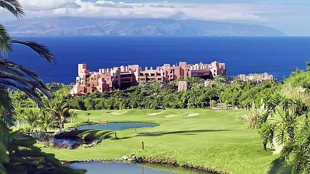 Жилой комплекс с элитными апартаментами в Испании на Канарских островах в Тихоко Бахо. Общий вид многоквартирного комплекса с полями для гольфа
