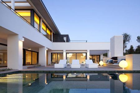Эта вилла спроектированная архитектурной студией DeBlacam & Meagher