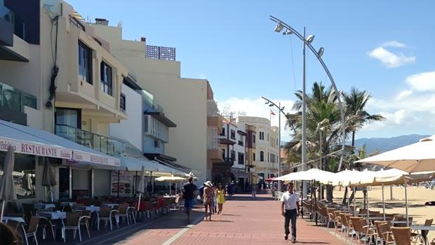 Уютный бульвар променада Playa de Las Canteras расположенный в северо-восточной части побережья Гран Канария