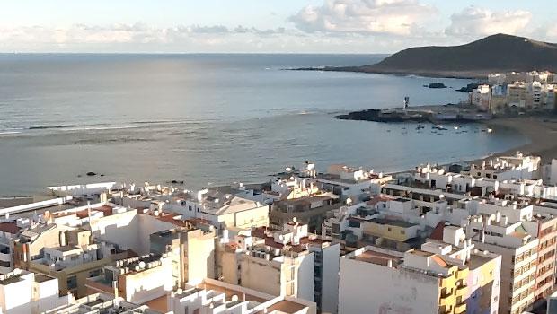 Жилая недвижимость на Гран Канария с высоты птичьего полета. Многоквартирные жилые комплексы городского типа на побережье Гран-Канария
