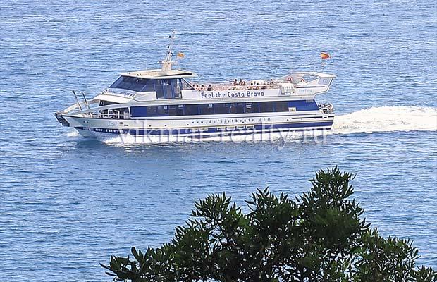 Пассажирское судно, курсирующее вдоль побережья Коста Брава между Бланес (Blanes), Ллорет де Мар и Тосса де Мар (Tossa de Mar)
