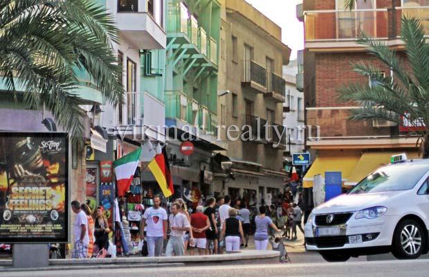 Жилые дома на улице Carrer de la Riera в районе La Cala dels Banys в Ллорет де Мар