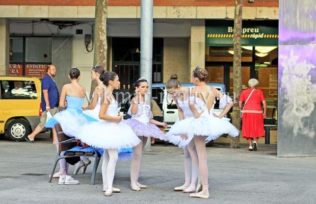 Балерины на улице Carrer del Torrentó в Ллорет де Мар
