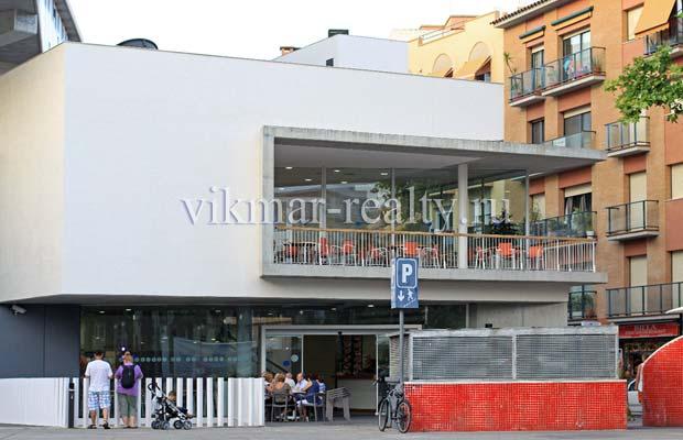 Здание городского общественного центра Casa de Cultura de Lloret de Mar на площади Plaça de Pere Torrent в Ллорет де Мар