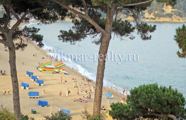 Зона отдыха пляжа Playa de Lloret в районе Turo de l'Estelet и Bon Repos в Ллорет де Мар