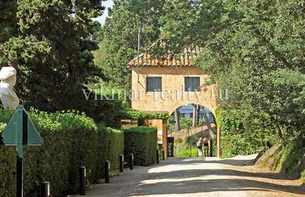 Входной арочный портал в парковый комплекс «Сады Святой Клотильды» в Ллорет де Мар