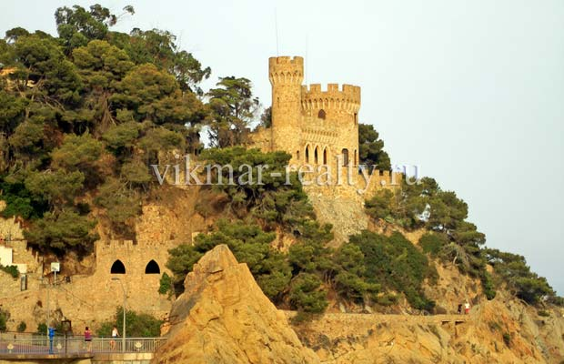 Общий вид Castell d'en Plaja в бухте Cala Sa Caleta в Ллорет де Мар