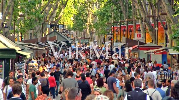 Многолюдный бульвар Ла Рамбла в Барселоне