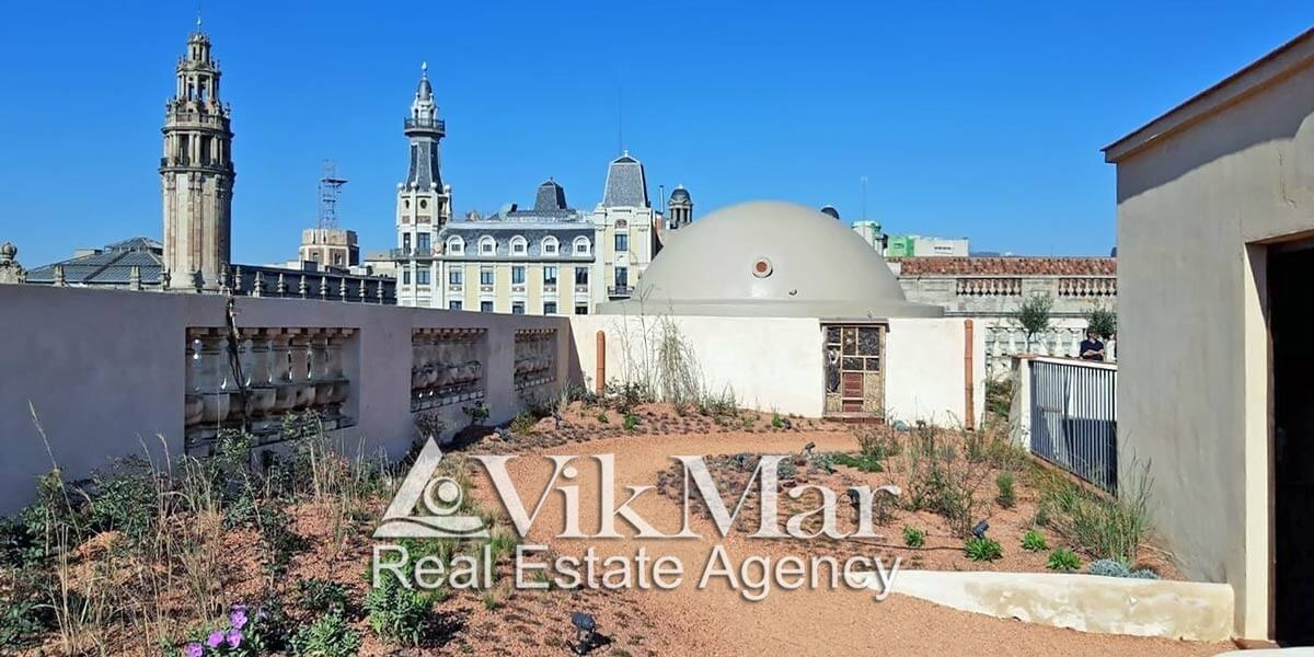 Зеленая крыша в жилом доме в Барселоне