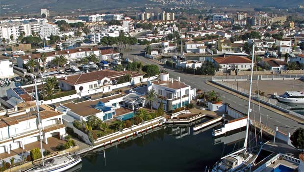 Дома и виллы в Росесе c причалами для яхт