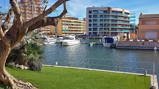Жилая застройка с квартирами в Росесе на канале Canal del Llevant