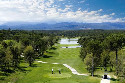 Курорт PGA Catalunya расположен около гольф-полей с видом на Пиренеи