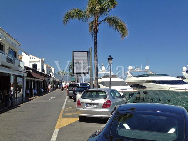 Панорама торговой улицы у портовой гавани в районе Пуэрто Банус в Испании