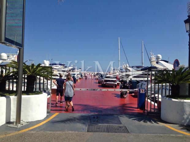 Въезд на причал в порту жилого комплекса Пуэрто-Банус в Марбелье, Испания