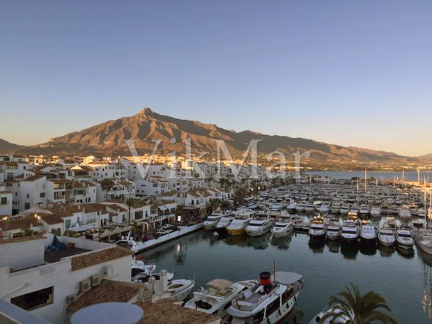 Белоснежные яхты и круизные катера, пришвартованные у его портовых причалов жилого комплекса Пуэрто-Банус, являются естественным продолжением его выразительной средиземноморской архитектуры
