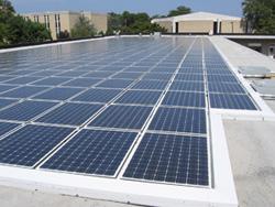 Солнечные батареи, установленные на крыше промышленного здания в Испании