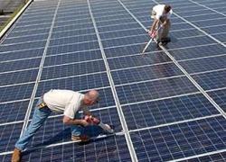 Солнечная установка, установленная на крыше промышленного здания.