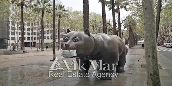 Кот в медицинской маске - символ района Эль Раваль в Барселоне