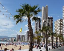 Побережье в городе Бенидорм в Испании застроено высотными зданиями и наполнено большим количеством людей